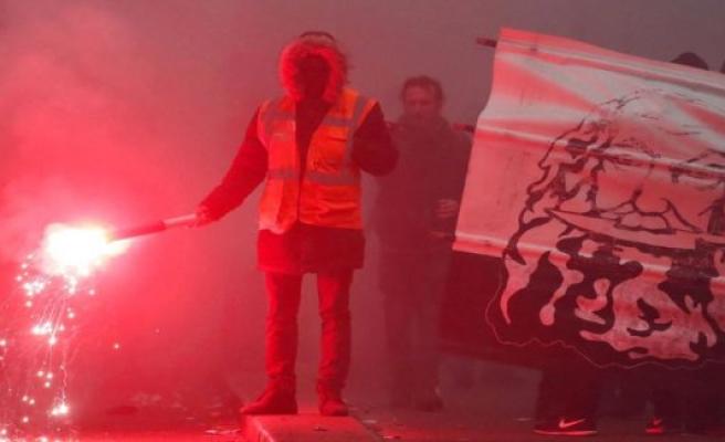 LIVE: Violent demonstrations in Paris
