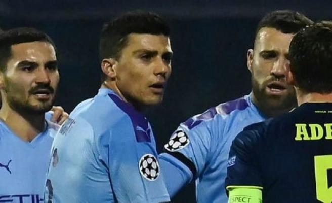 Watch the clip: Nasty elbow makes fodboldekspert furious
