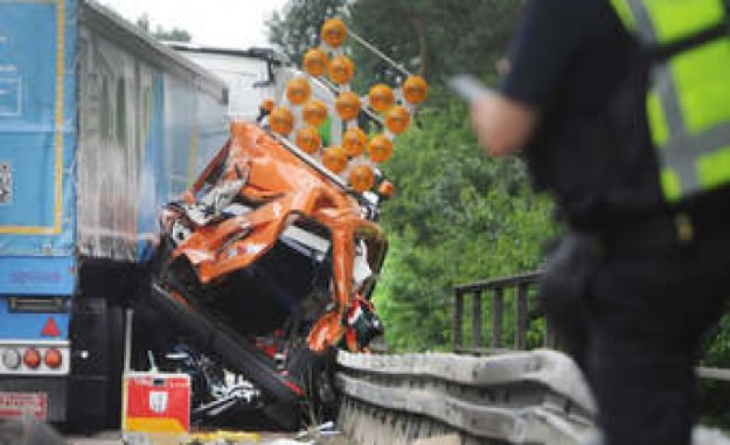 A3/Dinslaken: highway maintenance technician (22) through the air, thrown - dead   world