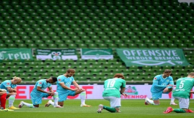 Bremen/Berlin: a Clear edge against racism: Bundesliga professionals knees