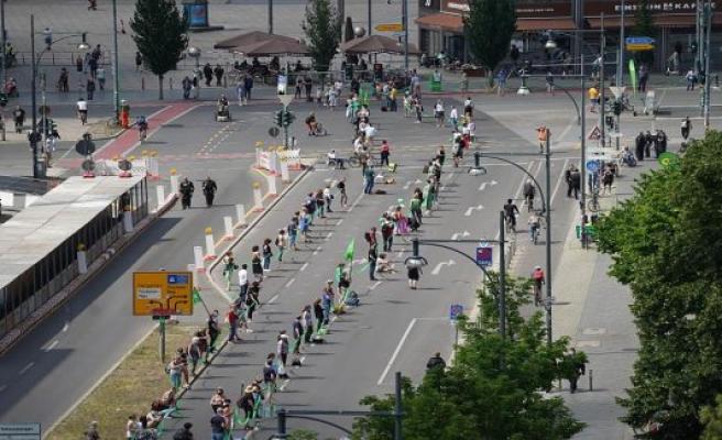 Indivisible-Demo in Berlin: protesters-kilometre-long human chain