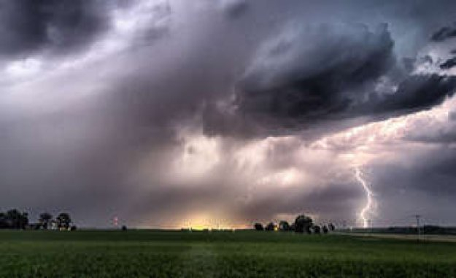 Lightning and Thunder: the car Is lightning safe? | Car