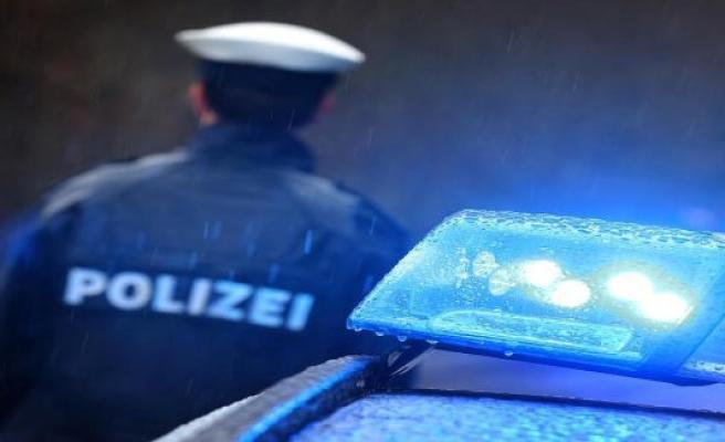 Elmshorn: man throws knives at police officers: arrest warrant