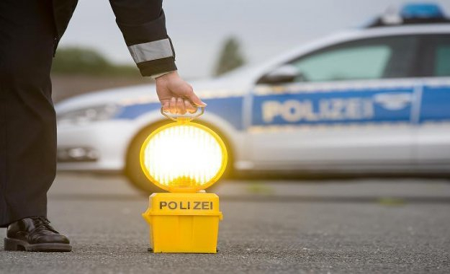 District police administration Rhein-Kreis Neuss: Unknown distracts car owners Smartphone stolen