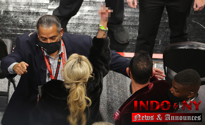 Four fans, such as Juliana Carlos and her husband, were ejected from the match as a consequence