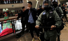 Protesters and police clash during the christmas shopping in Hong kong