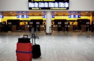 Bagagepersonale in Copenhagen Airport dismantles the...