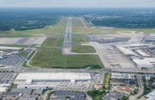 Hamburg: Hamburg airport mask a performs duty in the...