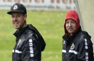 Football SV Raisting coach John Franz stands in front...