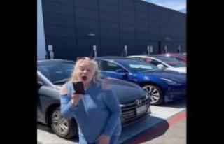Tesla-driver-films: charge-Blockiererin locks and...