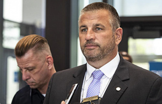 Chicago police union head urges cops to defy vaccine...