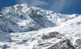Tons of ice could topple into the valley: the Italian place on the Mont Blanc evacuated