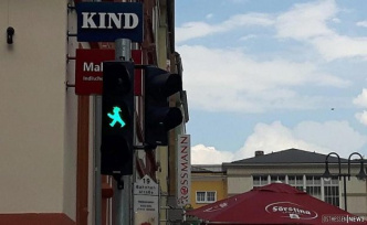 Why all of a sudden three-piece? New pedestrian traffic lights at the top of station road