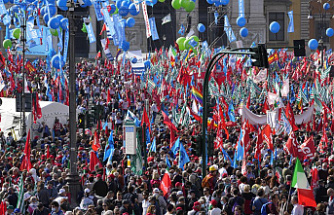 Tens of thousands protest in Rome against neofascists