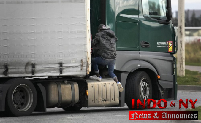 Jumping on trucks to reach Britain: The day of the migrant